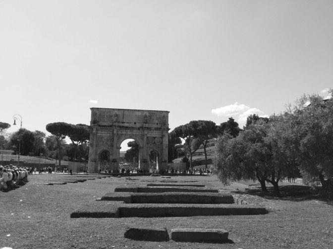 Rechts van het Colosseum