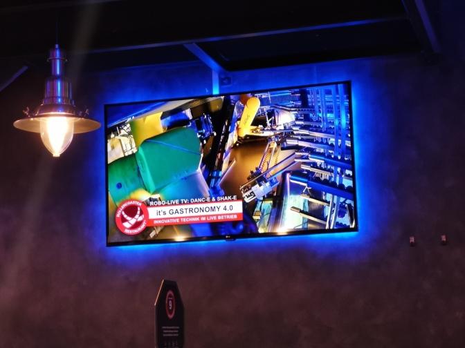 De robots zijn hoog, dus zijn er schermen