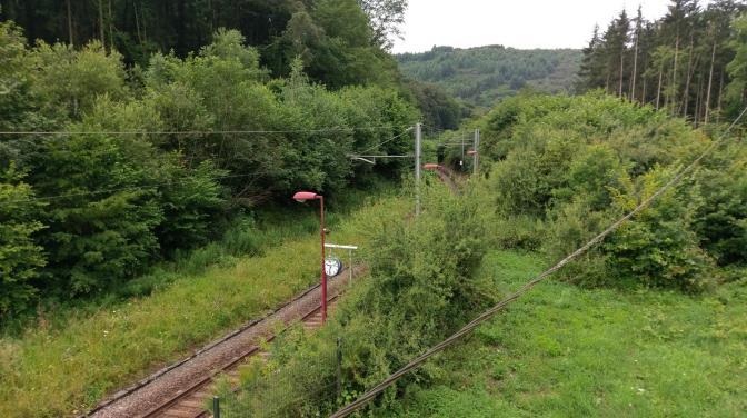Uitzicht op het spoor vanuit het kamphuis