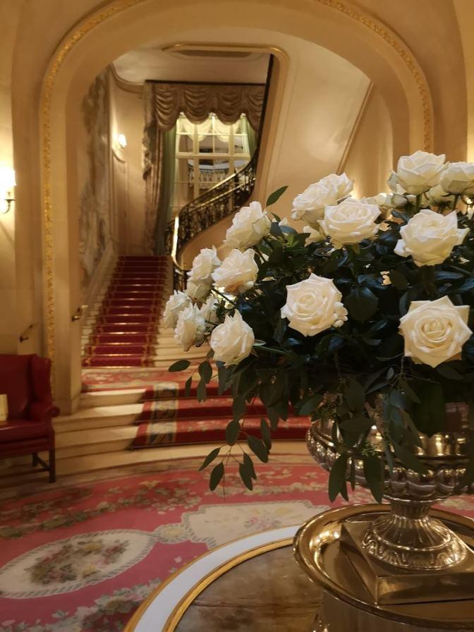 De gang van het Ritz is alsof je door een schilderij loopt