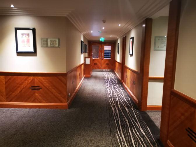 De gangen in het hotel zijn dezelfde stijl als de kamers