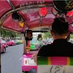 Onderhandelen tijdens een ritje in een Thaise tuktuk